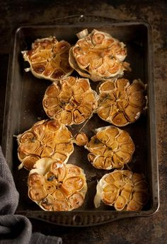 Roasted Garlic with Thyme. Roasted garlic with thyme Vegetarian Recipes, Cooking Recipes, Vegetarian Tapas, Cooking Tips, Garlic Recipes, Roasted Garlic, Fresh Garlic, Vegetable Dishes, Appetizer Recipes