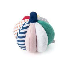 Oxybul a créé cette balle faite de matières différentes et contrastées pour stimuler les sens de votre enfant. Facile à attraper grâce à son anneau, vous pourrez tout d'abord l'agiter devant lui afin de faire retentir le doux son de son grelot, puis lorsqu'il sera plus grand la faire rouler pour l'inciter à bouger et stimuler sa motricité.
