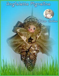 Pigna d'abete verniciata, testina di legno dipinta con colori acrilici, abitino realizzato con un sacchettino in organza per confezionare i regali. Profumatissimo!