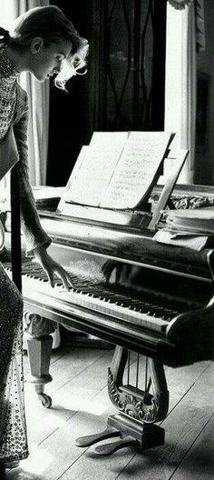 ♫♪ MÚSICA ♪♫ ♥.....La música es el corazón de la vida. Por ella habla el amor; sin ella no hay bien posible y con ella todo es hermoso. Franz Liszt