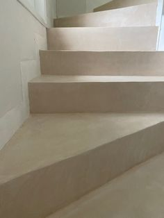 Escalier beton cire lin beal mortex Pose Parquet, Stairs, Living Room, Home Decor, Rennes, Surfboard Wax, Stairway, Decoration Home, Room Decor