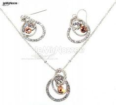 http://www.lemienozze.it/gallerie/foto-fedi-nuziali/img38309.html Orecchini e collana in acciaio e Swarovski come gioielli per il matrimonio