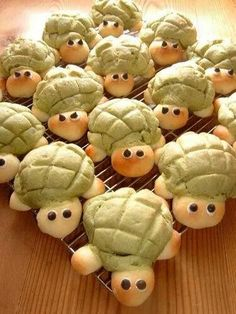 Turtle-Shaped Melon Bread Recipe - Yummy this dish is very delicous. Turtle-Shaped Melon Bread in your home! Cute Food, Good Food, Yummy Food, Melon Bread, Bread Shaping, Bread Art, Snacks Für Party, Japanese Sweets, Japanese Food
