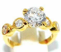 ndo e reluzente anel com aplicações de pedras de topázio, banhado a ouro 24 k. Uma peça delicada, feminina e para quem gosta de brilho. Produto da Ásia.