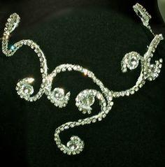 Tiara/Coroa em strass prateado com castanha de cristal <br>Tiara que pode ser usada para dança do ventre <br>Pode ser feita em outras cores e em qualquer quantidade <br>Orçamentos para atacado a partir de 10 unidades