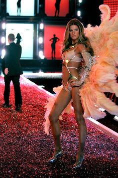 VS Angel Gisele Bündchen walks the runway during the Victoria's Secret Fashion Show held at the Kodak Theatre on November 16, 2006 in Hollywood, California. #VSFS #VSFS_2006