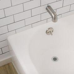 Paint an almond bathtub white with an affordable refinishing kit. Diy Bathtub, Clean Bathtub, Painting Bathtub, Bathtub Cleaning, Bath Tub, Tile Walk In Shower, Shower Tiles, Bathtub Makeover, Tub Refinishing