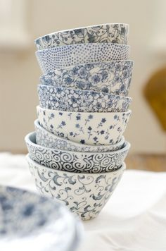 love blue and white dishes Blue And White China, Love Blue, Blue China, China China, White Dishes, Blue Dishes, Home And Deco, Ceramic Pottery, Ceramic Bowls