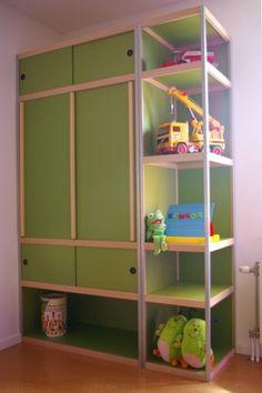 De kledingkast van onze oudste zoon. De panelen zijn groen gebeitst; geeft een mooi effect op mdf.