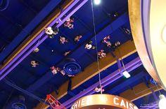 Mickey et Minnie s'envoient en l'air...  #mickey #minnie #disney #disneyland #samuelbijaoui #samuel #bijaoui #iphone #apple #balloon #ballons