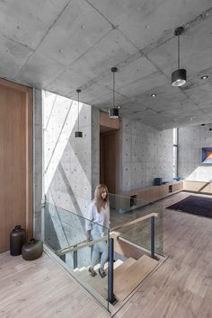 Iranian architect Shervin Hosseini of Bracket Design Studio has recently completed the concrete-cast villa 131 in Urban Isfahan, Iran. The city itself is historically known as a garden city, a… Design Studio, House Design, Casa Bunker, Concrete Ceiling, Concrete Walls, Concrete Kitchen, Plywood Kitchen, Exposed Concrete, Minimalist Design