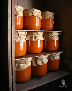 ¡Llenando la despensa!,       Aprovechando la abundancia de tomate en su mejor momento para llenar unos botes para el invie... Jar Packaging, Honey Packaging, Sauce Recipes, Pasta Recipes, Canning Recipes, Veggie Recipes, Real Food Recipes, Salsa Tomate, Quick Refrigerator Pickles