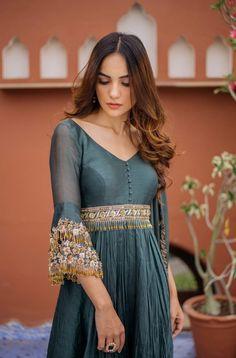 Salwar Designs, Kurta Designs Women, Indian Gowns, Indian Attire, Indian Designer Outfits, Designer Dresses, Indian Fashion Trends, London Fashion, Pakistani Outfits