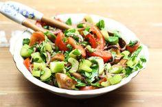 Rezept für einen leckeren Laugenbrezel-Salat mit frischem Stangensellerie, Tomaten und Kapern.