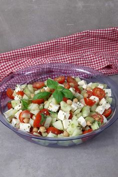 Tomato feta salad with chickpeas – a real protein bomb! Clean Eating Vegetarian, Clean Eating Recipes For Dinner, Clean Eating Meal Plan, Clean Eating Breakfast, Clean Eating Snacks, Healthy Dinner Recipes, Vegetarian Recipes, Clean Eating For Beginners, Feta Salad