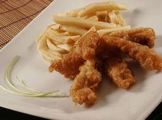 Receita de Fish and Chips (Peixe empanado com Batata Frita) - Fish and Chips acompanhado de catchup. Mais tradicional ainda é temperar o prato com um pouco de vinagre e sal (o vinagre vai tanto na batata...