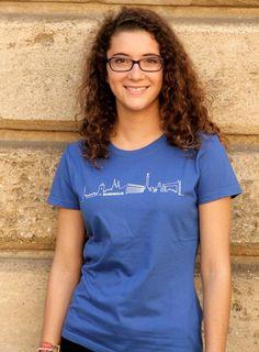 T-shirt bleu à la coupe classique orné du logo BORDEAUX Skyline© sur le devant. Moderne et élégant, il apporte une touche urbaine à la silhouette. Un cadeau idéal pour toute occasion et un joli souvenir de Bordeaux.