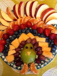 Thanksgiving Fruit, Thanksgiving Appetizers, Thanksgiving Recipes, Holiday Recipes, Thanksgiving Sides, Christmas Desserts, Turkey Fruit Platter, Fruit Turkey, Parmesan Bratkartoffeln