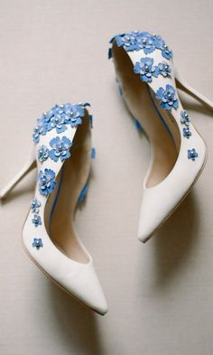 7 Tips for Finding the Best Wedding Shoes Trying to find the best wedding shoes? You'll have to consider how they'll pair with a dress (among other things). Find out what wedding shoes are right for you! Pump Shoes, Shoes Heels, Silver Wedding Shoes, Best Wedding Shoes, Colorful Wedding Shoes, Lace Heels, Moda Plus Size, Spring Shoes, Ankle Strap Sandals