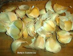 Για να έχουμε πάντα σκόρδο έτοιμο για το φαγάκι μας ! Υλικά για 1 μικρό βαζάκι: 4 κεφάλια σκόρδο Αλάτι Ελαιόλαδο Σπά...