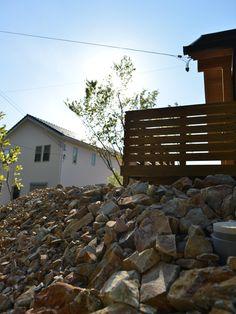割栗石による法面処理 Dry Garden, Home And Garden, Drought Resistant Landscaping, Exterior Design, Firewood, Landscape, Stone, Green, House