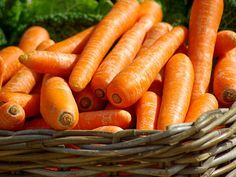 Foods to lose weight quickly. Do you want to lose weight? Burning more calories than you actually eat with these 17 zero calorie foods will get you there. Plus they are quite delicious. Health Benefits Of Carrots, Carrot Benefits, Comment Bronzer, Honey Carrots, Zero Calorie Foods, Eating Carrots, Beta Carotene, Honey And Cinnamon, Tzatziki