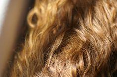 Gomma da masticare nei capelli: 7 modi per rimuoverla