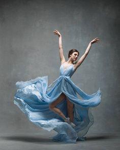 踊りが生み出す芸術。優美なダンサーの写真 (12)