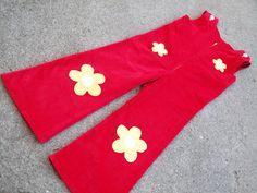 Hol dir den Sommer zurück mit dieser süßen Latzhose mit gelben Blümchen!  ♥♥♥♥♥♥          Der rote Cord kann immer einbischen Variieren - jenachdem...