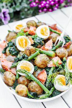 Tania kolacja - przepisy na kolację - szybka kolacja - blog - codojedzenia.pl Halibut, Slow Food, Healthy Recipes, Healthy Food, Cobb Salad, Food Porn, Pesto, Vegetarian, Dinner