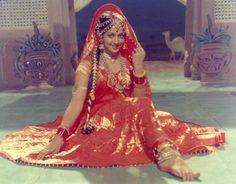 Hema Malini (born 16 October Ammankudi (Orathanadu), Tamil Nadu, India) is an Indian actress… Vintage Bollywood, Bollywood Girls, Indian Bollywood, Bollywood Stars, Bollywood Fashion, Hema Malini, Desi Bride, Beautiful Bollywood Actress, Beauty Photography