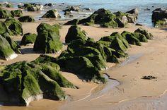 Rocas en la Playa de Los Peligros,a 400 metros del Museo Marítimo del Cantábrico en #Santander   #Cantabria   #Spain