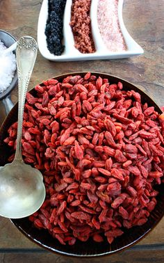 Delicious goji berries - i want to grow this Herbal Remedies, Natural Remedies, Goji Berry Recipes, Spicy Spice, Mountain Rose Herbs, Herbal Weight Loss, Yummy Smoothies, Healing Herbs, Aesthetic Food