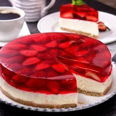 Pastel de Gelatina y Fresa Jello Desserts, Sweet Desserts, No Bake Desserts, Sweet Recipes, Delicious Desserts, Yummy Food, Gelatin Recipes, Jello Recipes, Cheesecake Recipes