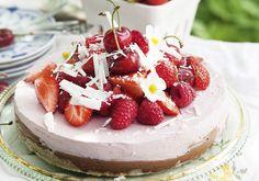 Den här tårtan kombinerar sommarens godaste smaker. Perfekt att förbereda och förvara i frysen och ta fram när du får oväntat eller väntat besök.