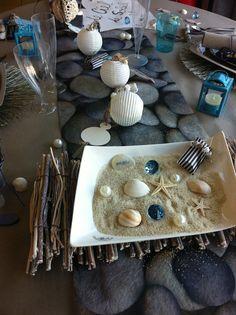 décoration de table sur le thème de la mer, du sable, de la plage et des coquillages