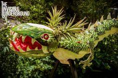 Heuse sculpturen maakt Shawn Feeney van The Invisible Underground. Niet van klei of van zand desnoods, maar van eetbare spullen zoals meloenen en pompoenen. Ongetwijfeldgeïnspireerddoor fanatiekelingen die zich tijdens Halloween helemaal uitleven op pompoenen, brengt Feeney 'groentecarving'naar een andere dimensie.