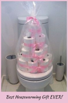 LOVE these DIY housewarming gift ideas! Such practical and useful housewarming gift ideas for first time homeowners in their very first home - toilet paper tower welcome to your new home gift basket ideas Traditional Housewarming Gifts, Practical Housewarming Gifts, Housewarming Gift Baskets, Housewarming Party, Diy Gift Baskets, First Home Gifts, New Home Gifts, House Gifts, Gifts For Wine Lovers