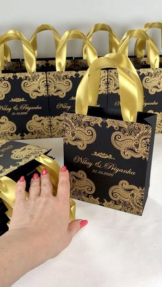 Wedding Pl, Elegant Wedding Favors, Wedding Gift Bags, Wedding Gifts For Guests, Wedding Favor Boxes, Gold Wedding, Indian Wedding Pictures, Indian Wedding Gifts, Indian Wedding Decorations