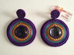 De Cordon de Seda (Sevilla) Www.cordondeseda.com Fabric Necklace, Diy Necklace, Soutache Earrings, Crochet Earrings, Trendy Jewelry, Diy Jewelry, Thread Jewellery, African Jewelry, How To Make Earrings