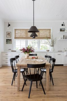 Modern Farmhouse Dining Room Table 20 Modern Farmhouse Dining Rooms that Will Transport You to Sweet Home, Modern Farmhouse Decor, Modern Farmhouse Dining Table And Chairs, Dining Room Modern, Interior Design Farmhouse, Modern Interior, Modern Furniture, Farmhouse Dining Room Lighting, Rustic Table