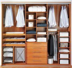 Šatní skříň s výklopnými tyčemi na košile, uzavřenými a otevřenými zásuvkami na osobní prádlo a policemi.