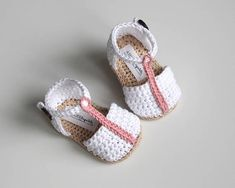 ADELE Crochet baby girl summer shoes with a t-strap White, pink, tan Made to order in SIZES: 0-3 months (9cm/3,5) 3-6 months (10cm/3,9) 6-9 months (11cm/4,3) YARN: 100% cotton Made in EU Oeko-Tex® certificate CARE: Handwashing and air drying recommended. Before laying out to dry,