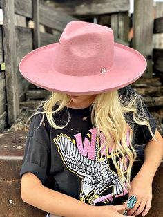 Ascot Outfits, Rock Outfits, Cowgirl Outfits, Outfits With Hats, Cowgirl Hats, Felt Hat Outfit, Fedora Outfit, Curvy Girl Outfits, Girl With Hat