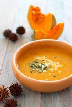 Hoy les traigo la receta paso a paso para preparar una sabrosa sopa de zapallo (tipo camote o también conocida como calabaza), que es mi segunda favorita después de la sopa de tomates. Lo bueno de esta receta es que este tipo de zapallo funciona, dada su consistencia, como espesante … Fall Soup Recipes, Pumpkin Recipes, Calabaza Recipe, Vegetarian Recipes, Healthy Recipes, Good Food, Yummy Food, Healthy Menu, Winter Soups