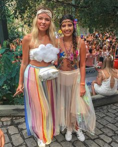 Inspiration, all accessories and a make-up guide so that you can make your rainbow costume yourself. Purim Costumes, Creative Halloween Costumes, Cute Halloween, Halloween Outfits, Abc Party Costumes, Halloween Treats, Rave Festival, Festival Looks, Festival Chic