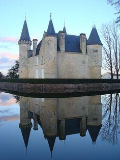 Château d'Agassac Situé tout près de Bordeaux, à moins d'une vingtaine de kilomètres, le Château d'Agassac avec ses tours, ses toits coniques et ses fossés trône au milieu d'un parc somptueux. Il est l'une des plus anciennes entités viticoles du Médoc, do