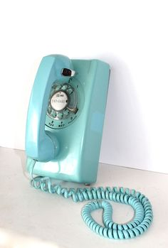 Nikk: So you can pretend we're hanging at my house on Grenfell still ;) Vintage Aqua Blue Rotary Dial Bell System Wall great retro decor that still works when the power is out! Verde Tiffany, Azul Tiffany, Tiffany Blue, Radios, Vintage Phones, Vintage Telephone, Love Blue, Aqua Blue, Look Vintage