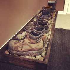 This might be a cool idea for in the house. Especially for work boots and dirty … - Flur ideen, organization ideas diy shoes This might be a cool idea for in the house. Especially for work boots and dirty … - Flur idee. Wooden Pallet Projects, Wooden Pallets, Pallet Ideas, Pallet Mudroom Ideas, Wooden Pallet Furniture, Diy Shoe Rack, Shoe Racks, Shoe Rack For Boots, Boot Rack