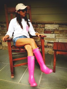 Lounging on a rainy day in pink Hunters and a vineyard vines hat. - that's the style needed for this super rainy summer in Indiana Preppy Outfits, Summer Outfits, Cute Outfits, Boot Outfits, Pink Hunter Boots, Pink Boots, Red Hunter, Spring Summer Fashion, Autumn Fashion